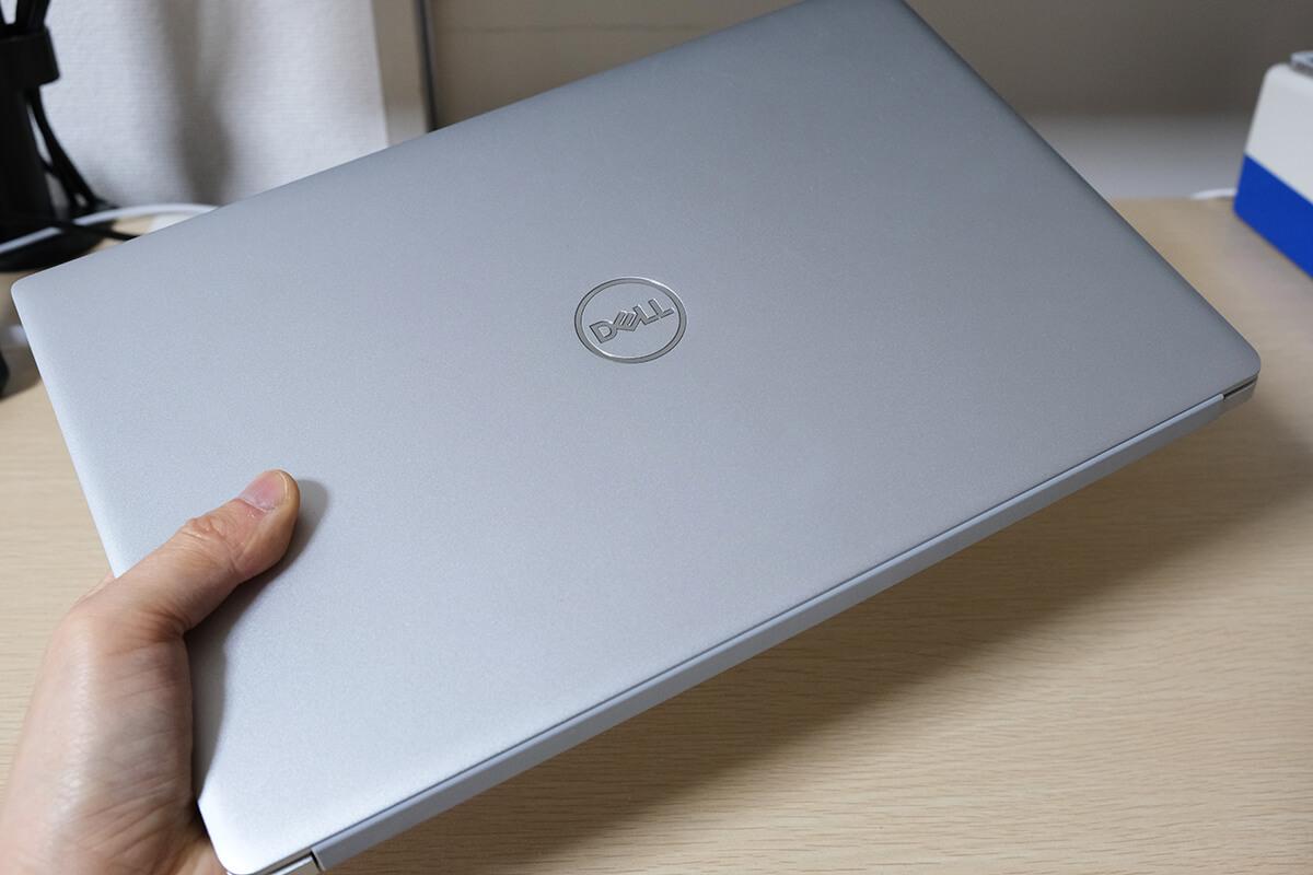 Dell Inspiron 13 7391は片手で持てるほどの軽量ボディ