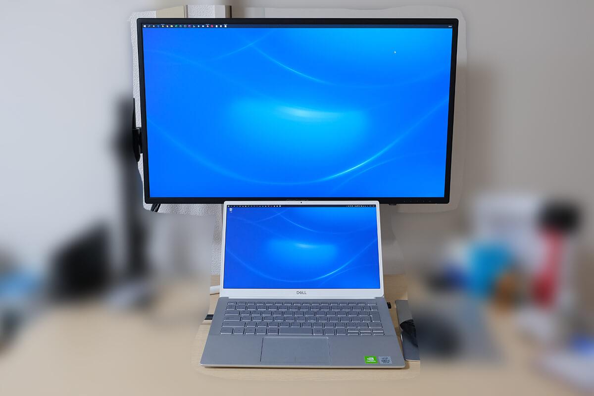 ノートパソコンを外部ディスプレイの前に置いて使用