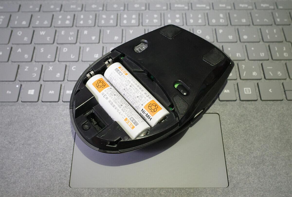 単3電池を2本入れたワイヤレスマウス