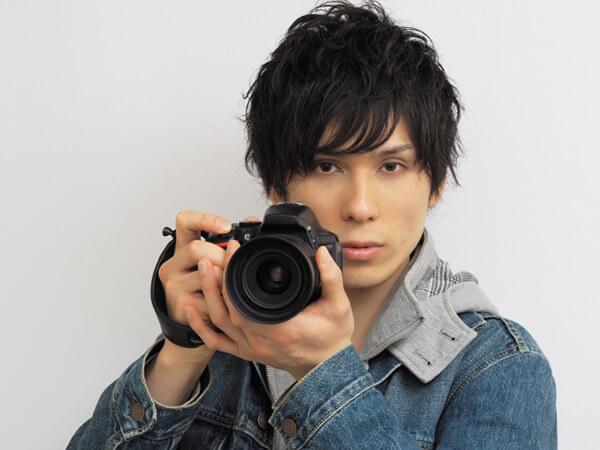 カメラを構える若い男性