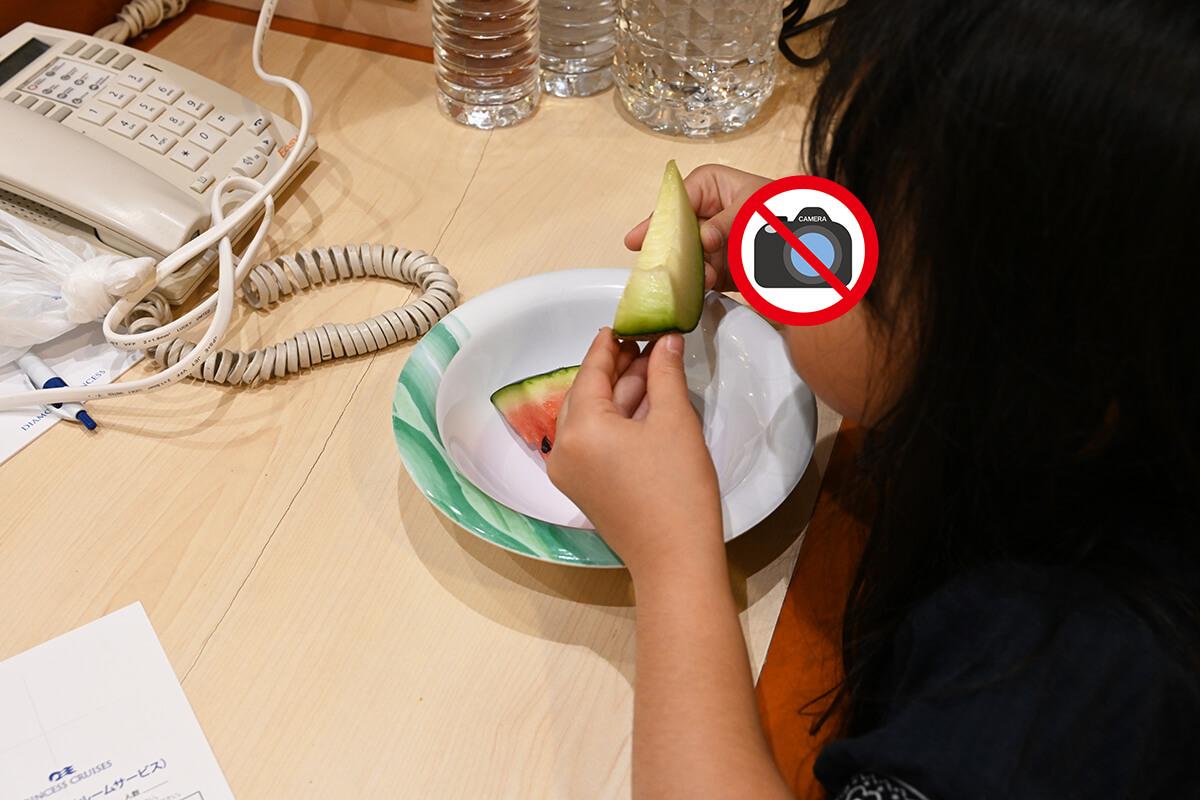 ホライゾンコートのフルーツを部屋で食べる娘