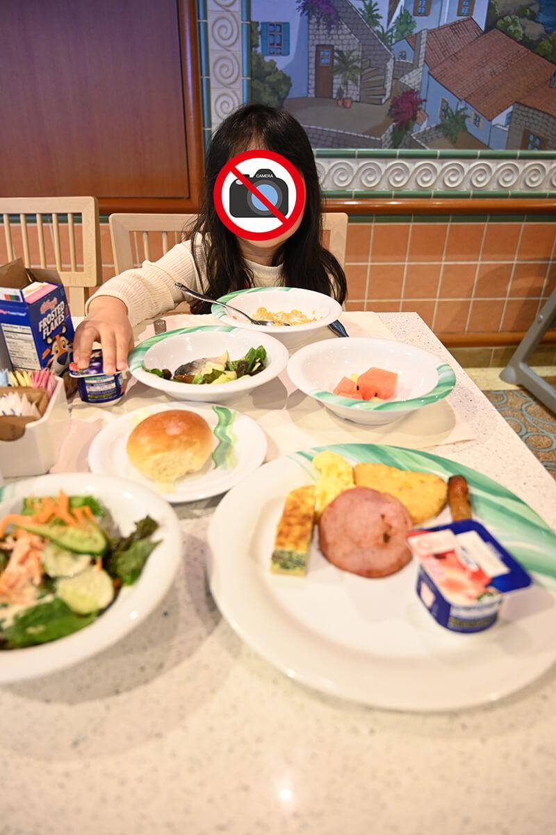 ホライゾンコートで朝食を食べる娘