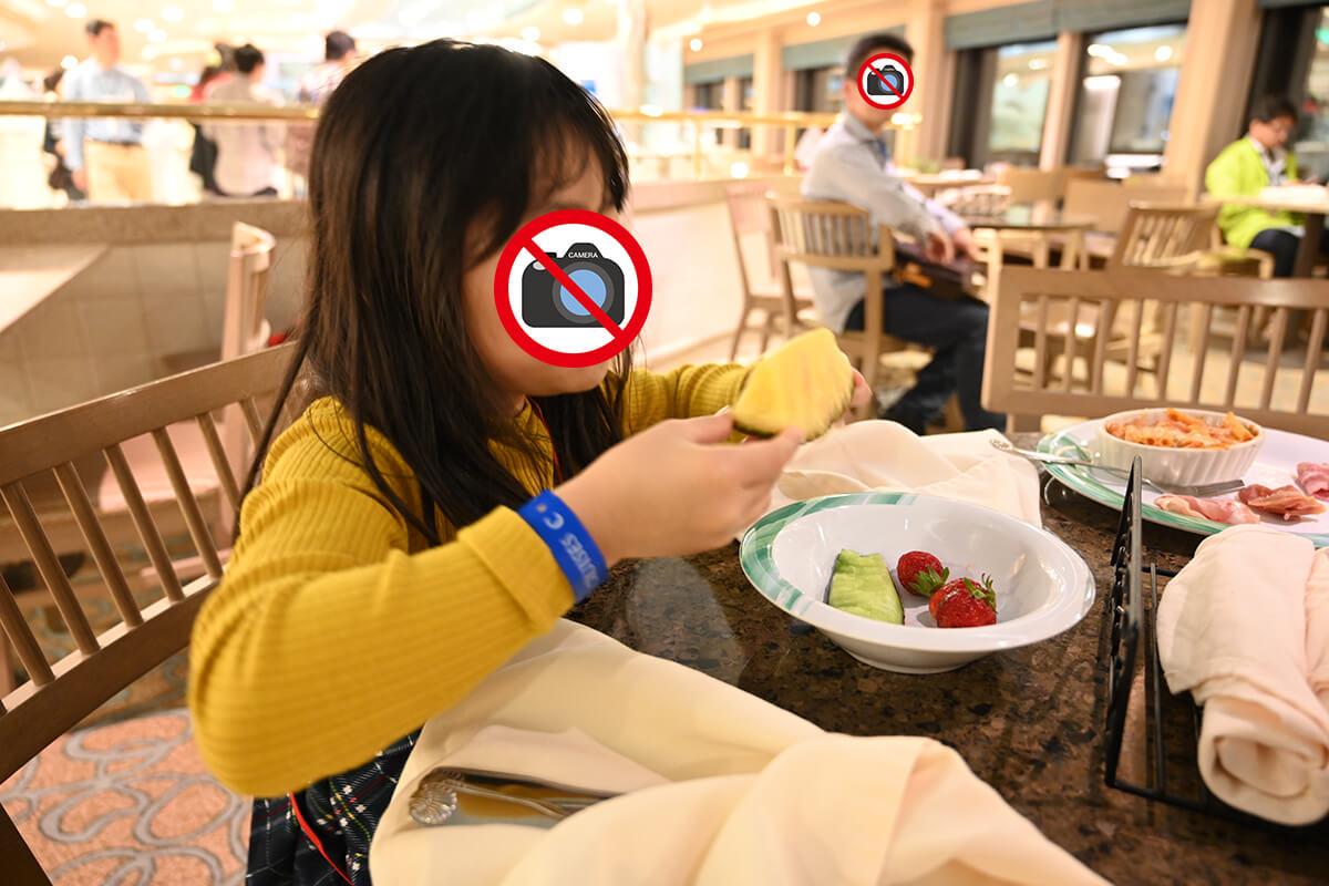 ダイヤモンド・プリンセス ホライゾンコートでフルーツを食べる娘