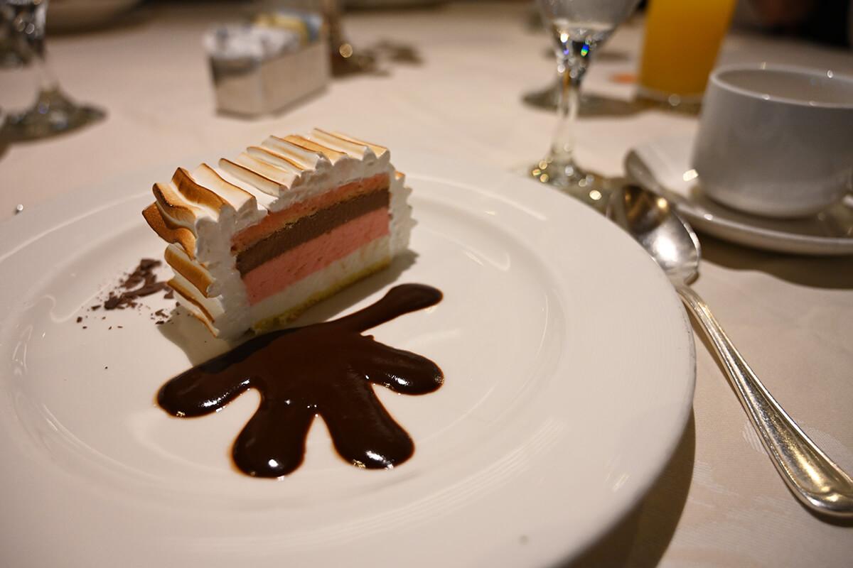 ダイヤモンド・プリンセス 夕食のデザートのベイクドアラスカ・オン・パレード