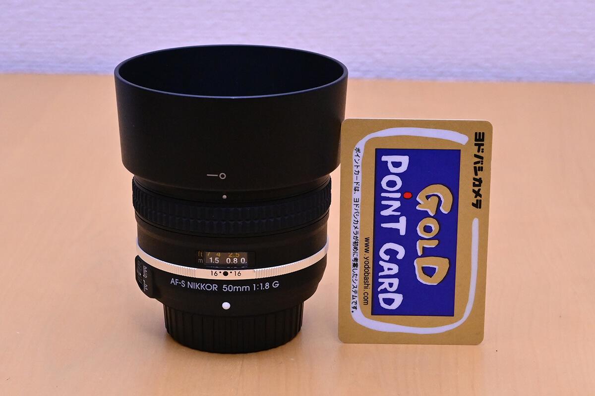 AF-S NIKKOR 50mm f/1.8G Special Editionに丸型フードを装着してヨドバシゴールドポイントカードと長さを比較