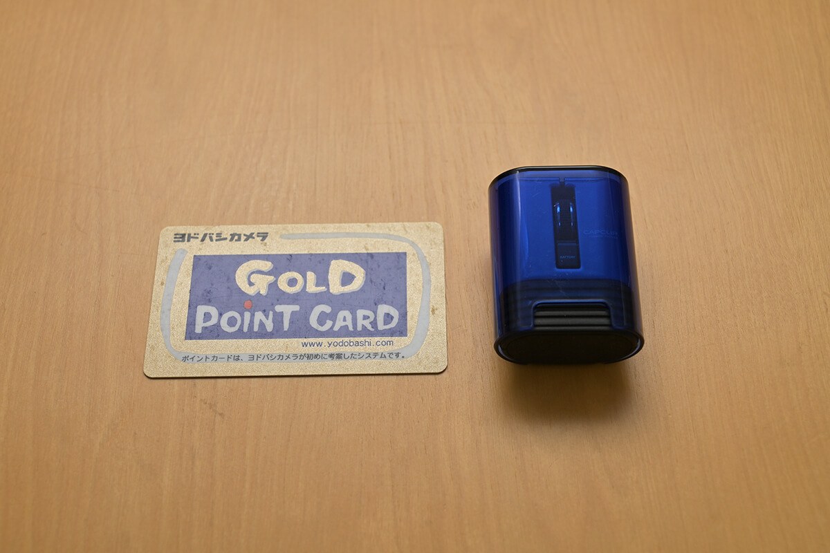 ELECOM M-CC1BR「CAPCLIP」収納時を一般的なカードサイズと比較