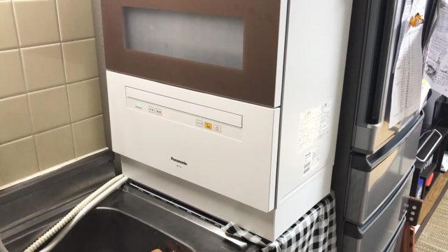 アルミラックの上に置いた食器洗い乾燥機