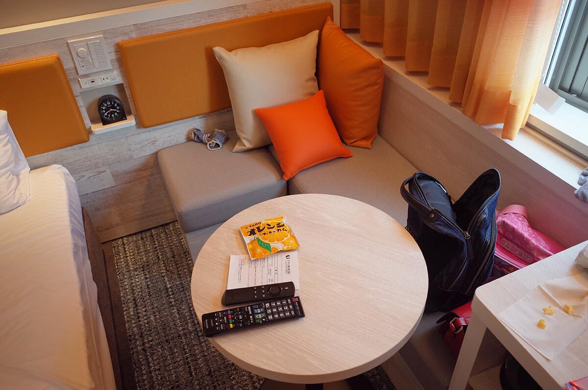 ヴィアイン新大阪正面口 ツインルームのソファー