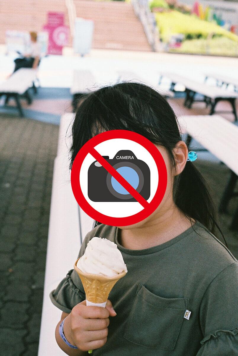 ソフトクリームを食べる娘