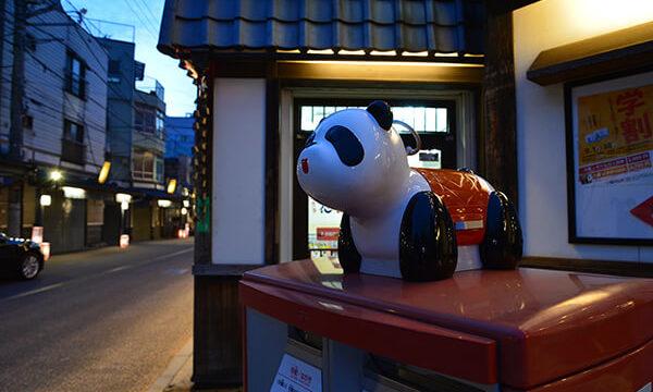 郵便ポストの上のパンダ