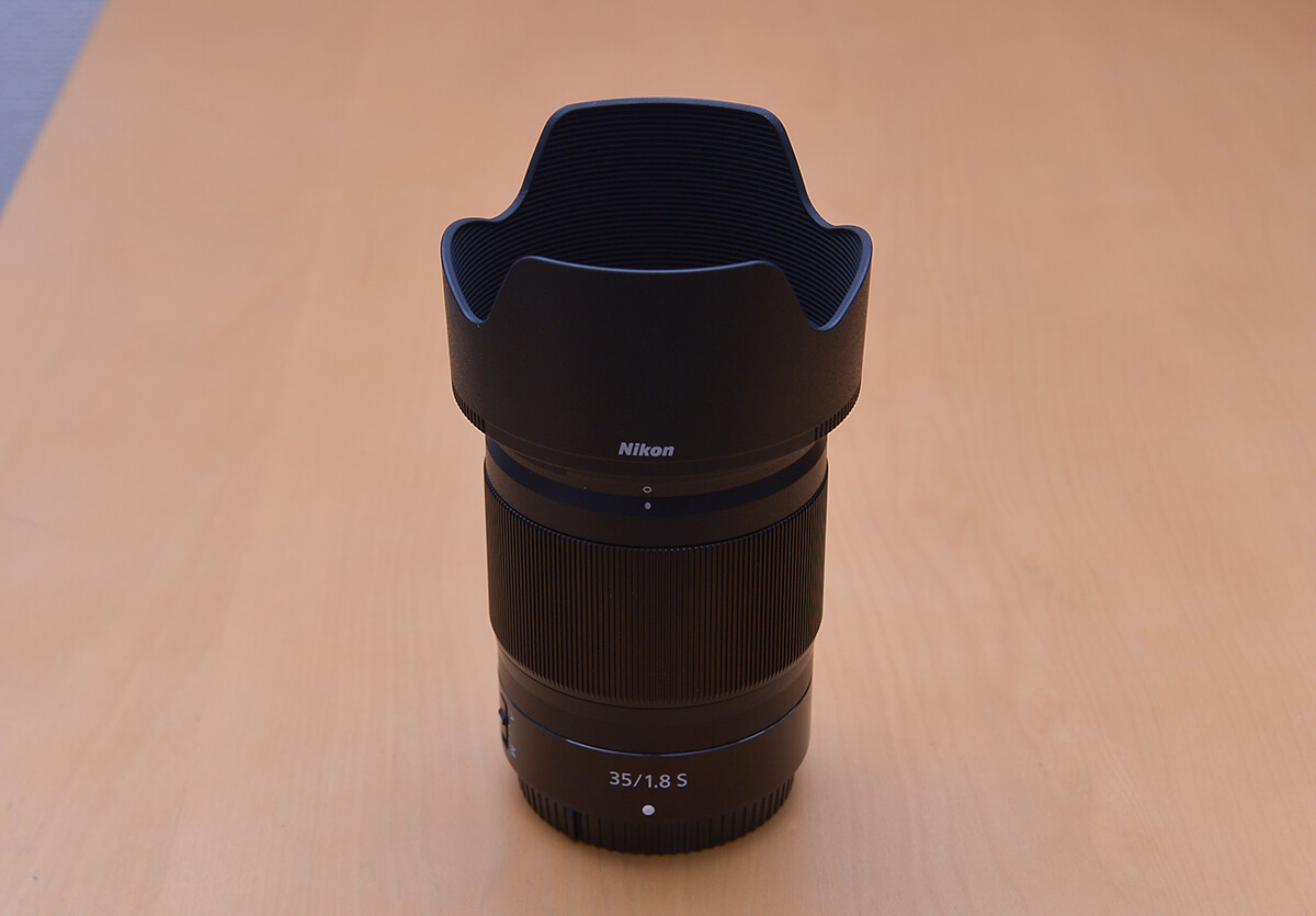 NIKKOR Z 35mm f/1.8 S 付属の花形フードを装着